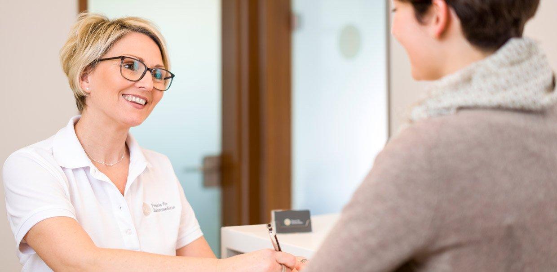 Zahnarztpraxis Katrin Lang - in Regensburg - das Team - Termine - Öffnungszeiten - Beratung - Eingang